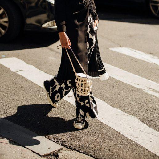 7 παντελόνια με prints για τα πιο εύκολα styling του καλοκαιριού