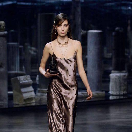 Slip Dress: Επιστρέφει και γίνεται το απόλυτο πάρτι φόρεμα του 2021