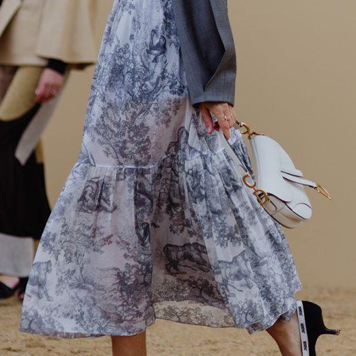 Μίντι φούστα: 5 τρόποι να τη συνδυάσετε και τα ωραιότερα κομμάτια της μόδας