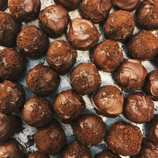 Συνταγές: Πώς να φτιάξετε σπιτικά τρουφάκια σοκολάτας