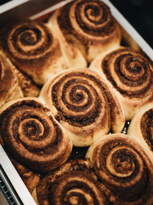 Συνταγή: Τα πιο αφράτα cinnamon rolls για να δοκιμάσετε αυτό το Σαββατοκύριακο