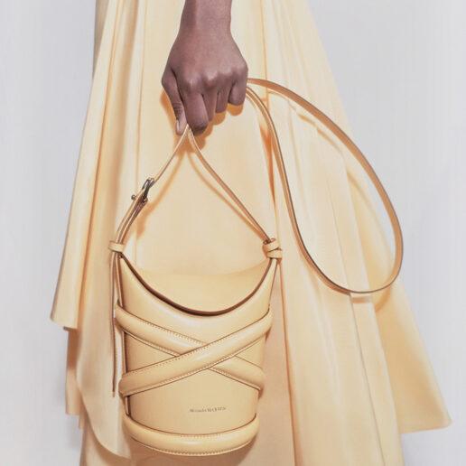 Curve bag: Η νέα It τσάντα έχει την υπογραφή του Alexander McQueen