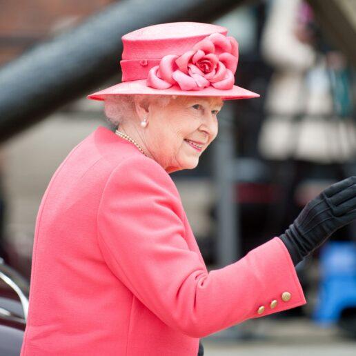 Βασίλισσα Ελισάβετ: Τι έχει στην τσάντα της και γιατί δεν την αποχωρίζεται ποτέ;