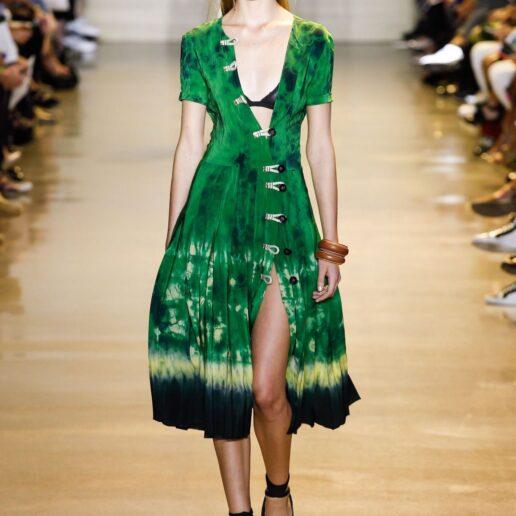 7 tie-dye φορέματα για να μπείτε άμεσα σε καλοκαιρινό mood