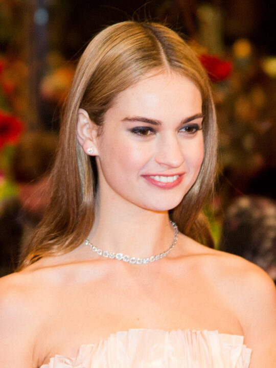 The Hollywood Gawker: H Lily James είναι η νέα Pamela Anderson
