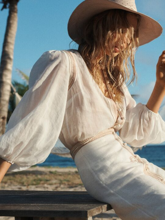 8 easy white top ανανεώνουν το καθημερινό styling