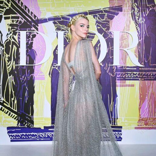 Dior Cruise 2022: Αντιγράψτε το αρχαιοελληνικό χτένισμα της Anya Taylor Joy