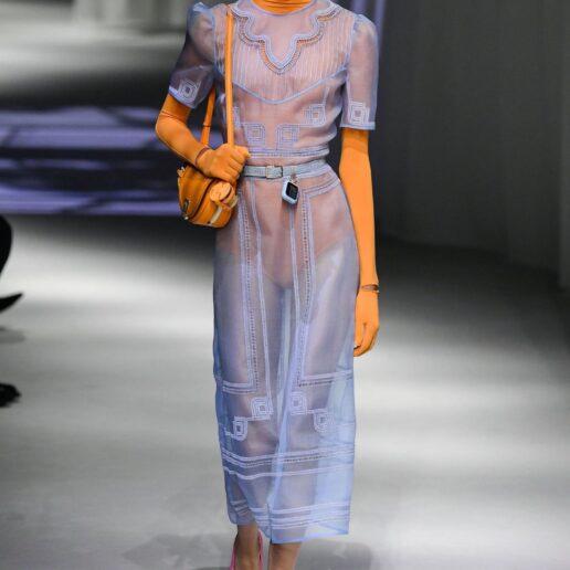 Light Blue: Πώς φορέθηκε στα catwalks και τα ωραιότερα σχέδια για τώρα