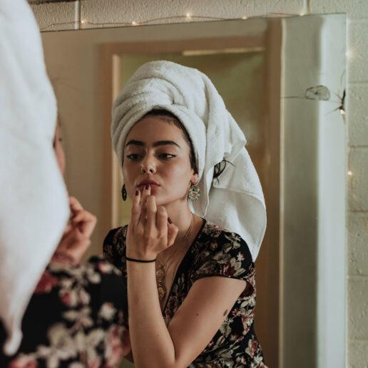 Τα νέα beauty tricks που θα δοκιμάσουμε στο σπίτι και αυτά που θα αποφύγουμε
