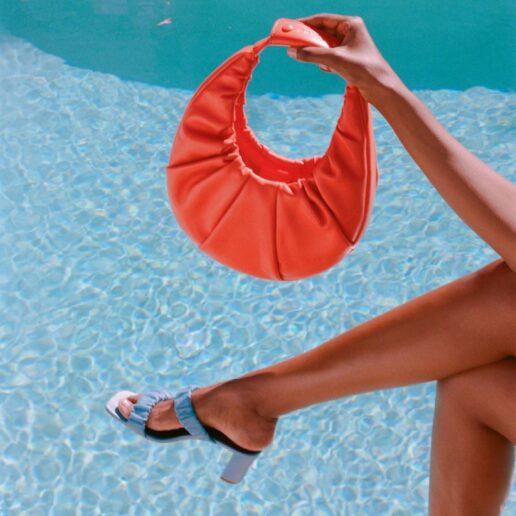 Scrunchie sandals: Η νέα τάση στα πέδιλα του καλοκαιριού