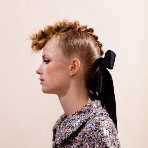 Γαλλική κοτσίδα: O οίκος Chanel την μεταμόρφωσε με αυτόν τον τρόπο