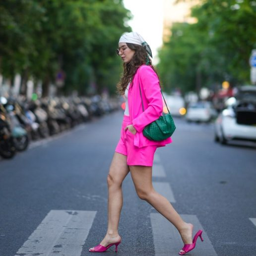 Φούξια πέδιλα: 10 street style εμφανίσεις αποδεικνύουν πως δεν είναι μόνο για glam look