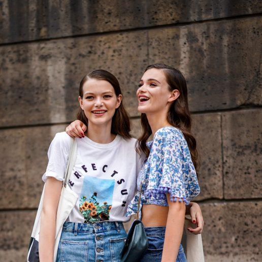 Μίνι τζιν φούστα: 9 συνδυασμοί που θα κάνετε μέχρι το φθινόπωρο