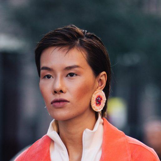 Μακριά σκουλαρίκια: Πόσο μπορούν να αλλάξουν το look μας;