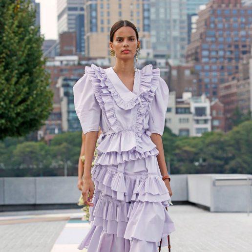 Λιλά φόρεμα: Οι πασαρέλες επιβεβαιώνουν πως πρέπει να το δοκιμάσετε