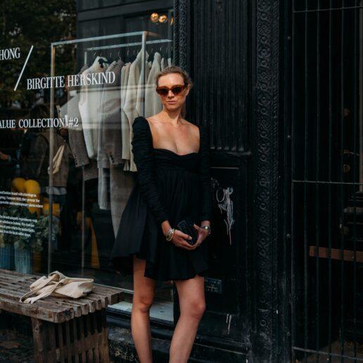 Μαύρο φόρεμα: 4 τρόποι να ανανεώσετε το στυλ του αυτό το φθινόπωρο