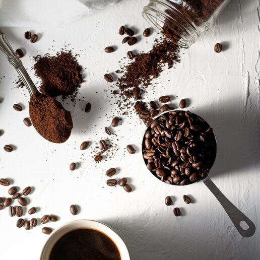Scrub προσώπου με καφέ: Τι προσφέρει στην επιδερμίδα μας;