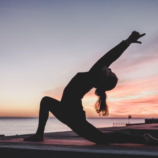 5 απλές ασκήσεις yoga για γραμμωμένους κοιλιακούς