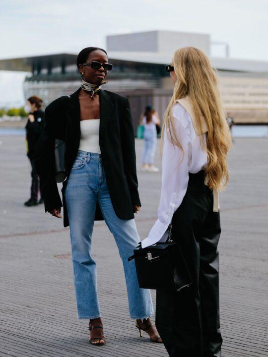 Jeans: 3 φθινοπωρινοί συνδυασμοί για τέλειο στιλ