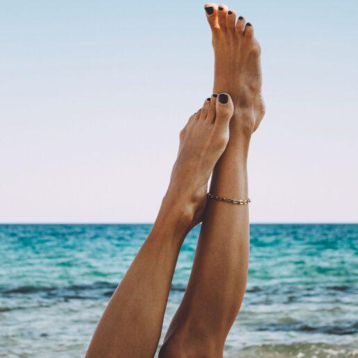 5 εύκολοι τρόποι να περιποιηθείτε τα πόδια σας μετά το καλοκαίρι