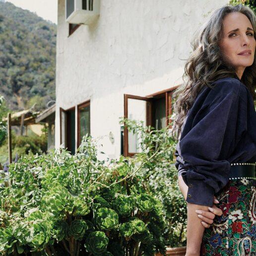 Η Andie MacDowell κάνει τον απολογισμό της ζωής της στη Vogue Greece