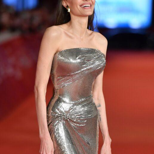 H Angelina Jolie είναι το απόλυτο Versace girl
