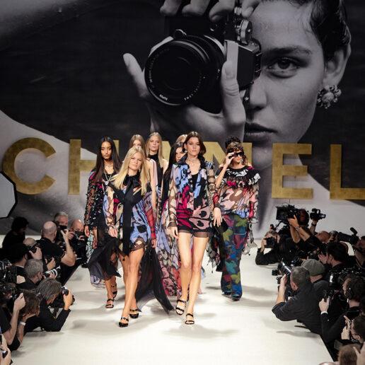 Chanel SS22: Επιστροφή στo glam