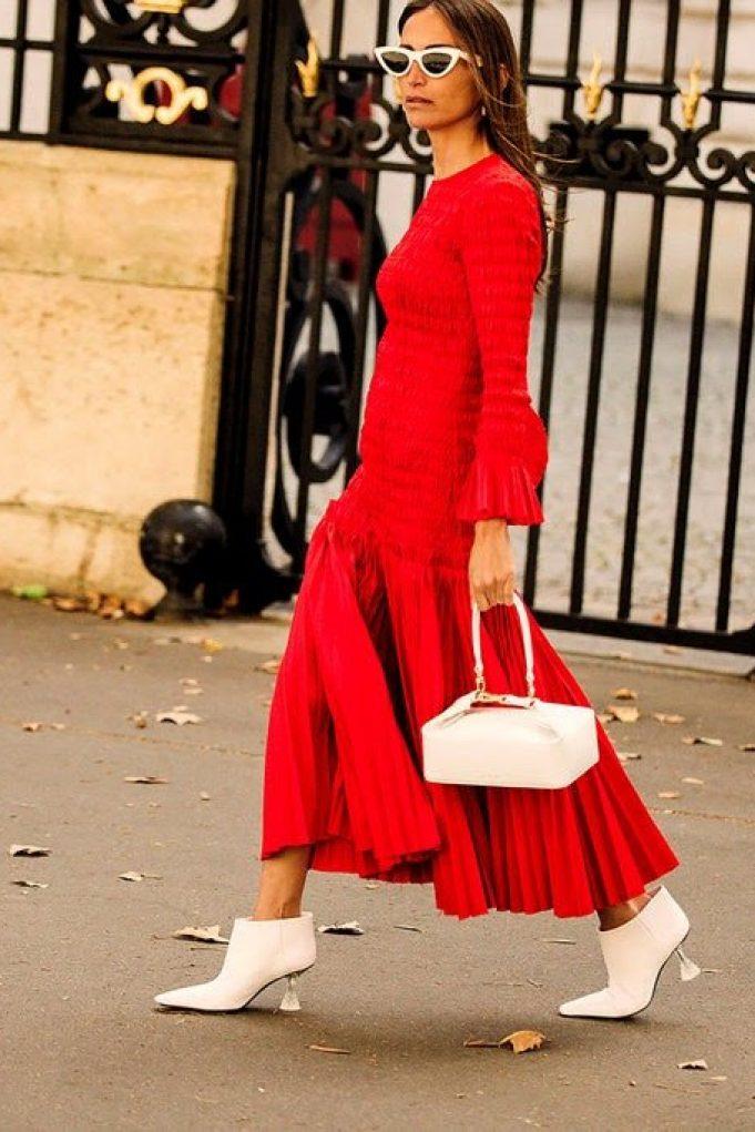 mujer-con-vestido-rojo-y-botines-blancos